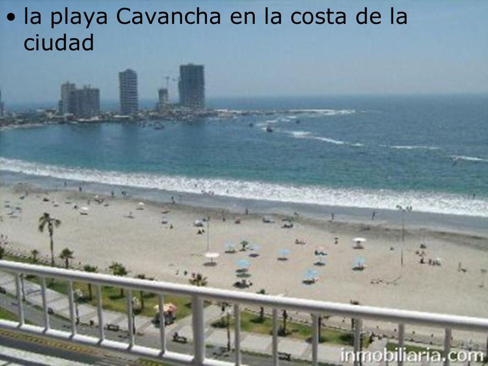 la playa Cavancha en la costa de la ciudad