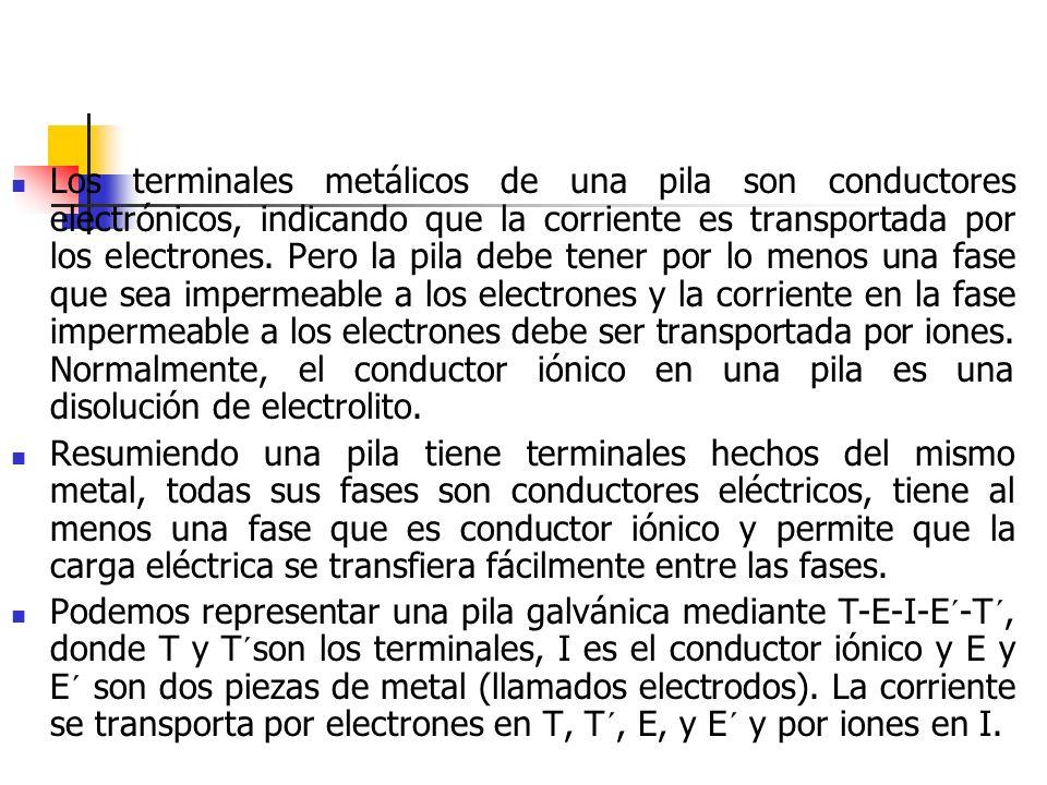 Los terminales metálicos de una pila son conductores electrónicos, indicando que la corriente es transportada por los electrones. Pero la pila debe te