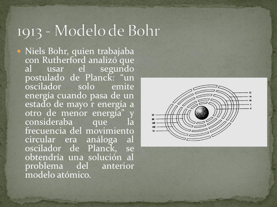 Niels Bohr, quien trabajaba con Rutherford analizó que al usar el segundo postulado de Planck: un oscilador solo emite energía cuando pasa de un estad