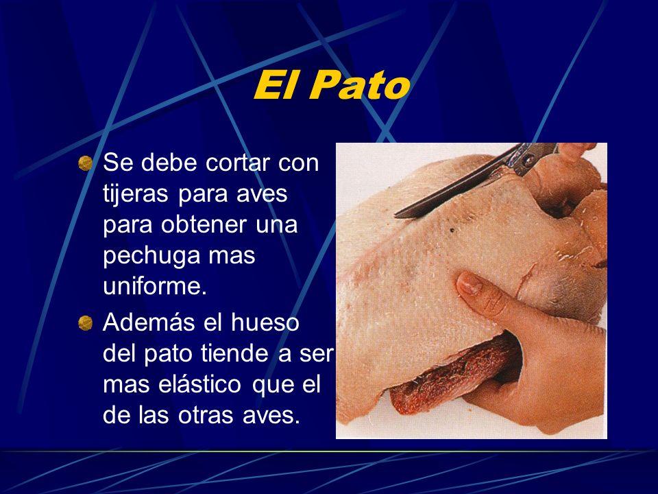 El Pato Se debe cortar con tijeras para aves para obtener una pechuga mas uniforme. Además el hueso del pato tiende a ser mas elástico que el de las o