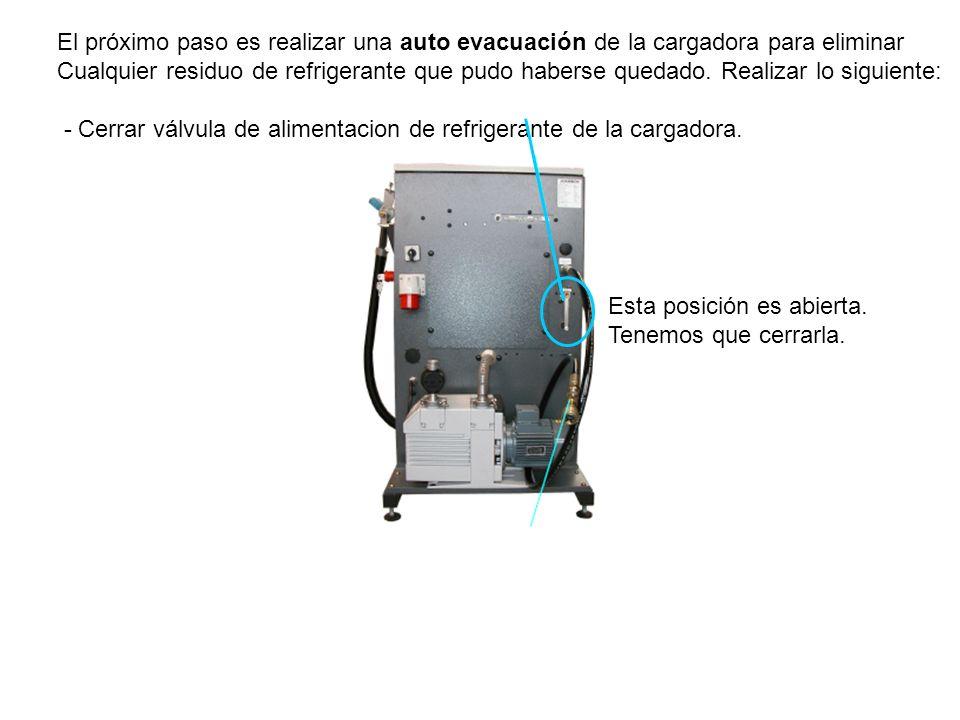 El próximo paso es realizar una auto evacuación de la cargadora para eliminar Cualquier residuo de refrigerante que pudo haberse quedado.