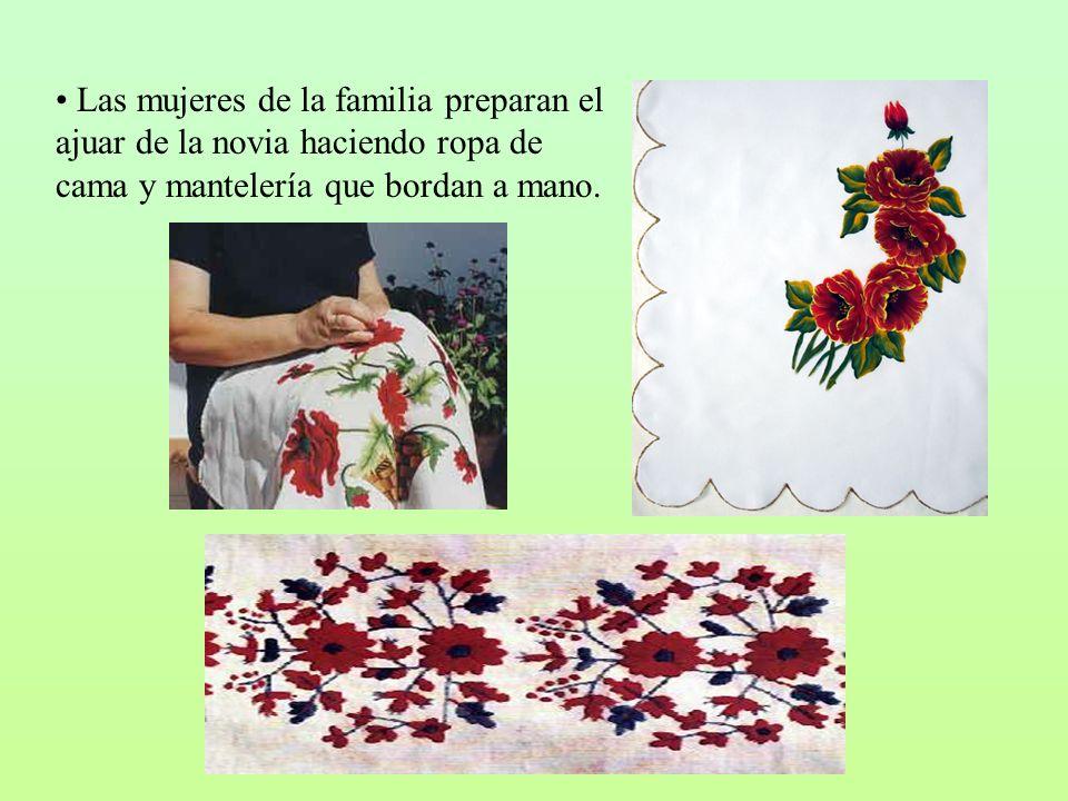 Las mujeres de la familia preparan el ajuar de la novia haciendo ropa de cama y mantelería que bordan a mano.