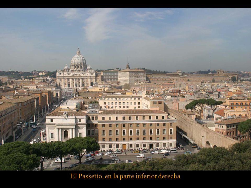 Plaza de San Pedro. De la Catedral el Passetto conduce hacia el Castillo Sant' Angelo