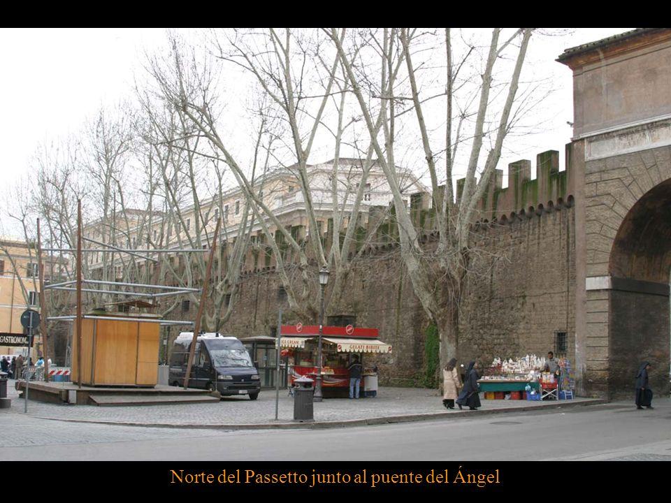 El origen de la muralla del Passetto se remonta a mediados del siglo VI. En la actualidad, sólo se conservan unos pocos bloques de piedra de esta prim