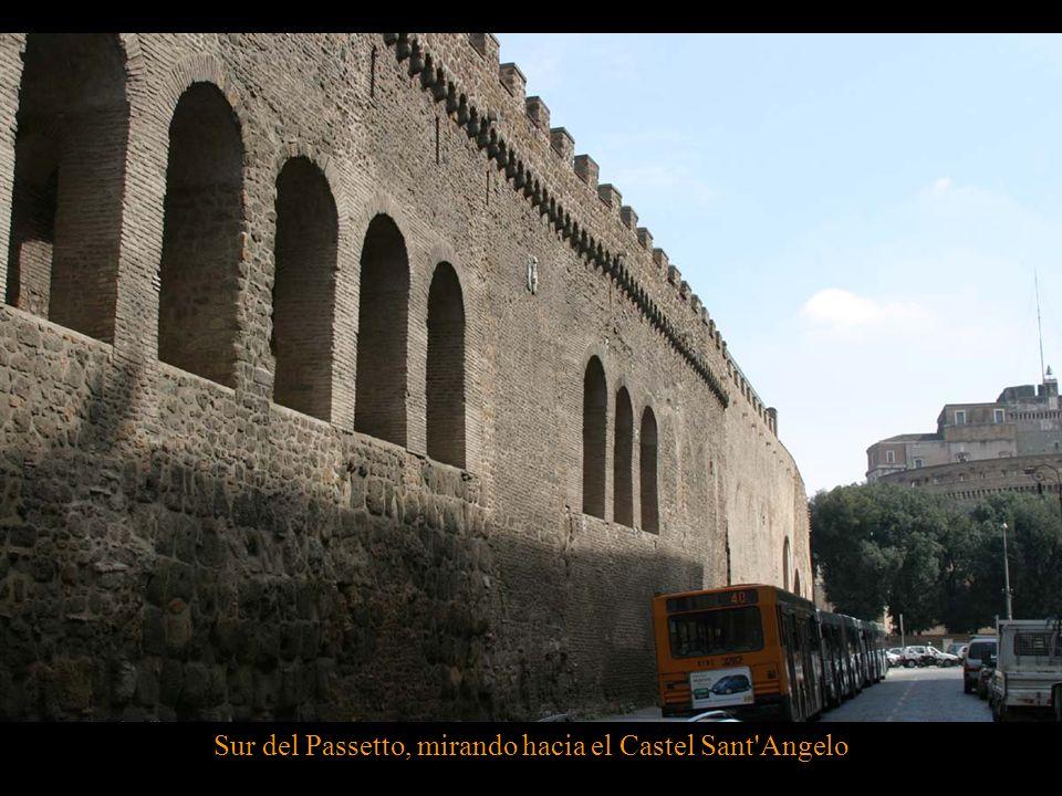 Desde el exterior simplemente se ve la muralla, a veces simulando un acueducto, pero, por dentro, es una larga galería, que en varias ocasiones actuó