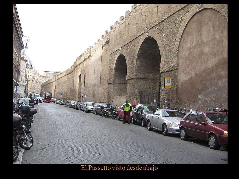 Columnas de la Plaza de San Pedro (a la izquierda de la imagen) y el Passetto (a la derecha)
