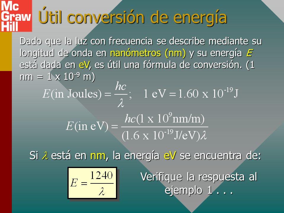 Ejemplo 1: ¿Cuál es la energía de un fotón de luz amarillo-verde ( = 555 nm)? Primero encuentre f a partir de la ecuación de onda: Primero encuentre f