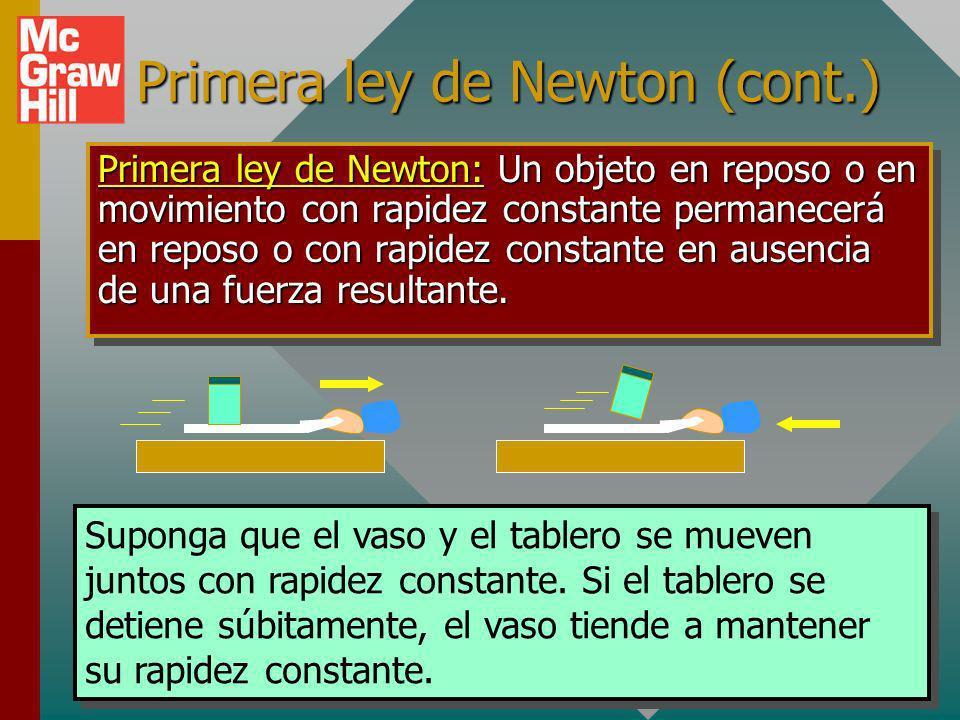 Primera ley de Newton (cont.) Primera ley de Newton: Un objeto en reposo o en movimiento con rapidez constante permanecerá en reposo o con rapidez constante en ausencia de una fuerza resultante.