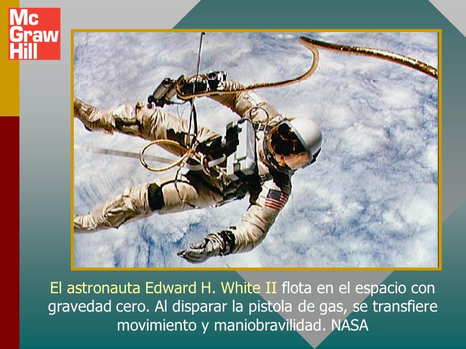 El astronauta Edward H.White II flota en el espacio con gravedad cero.