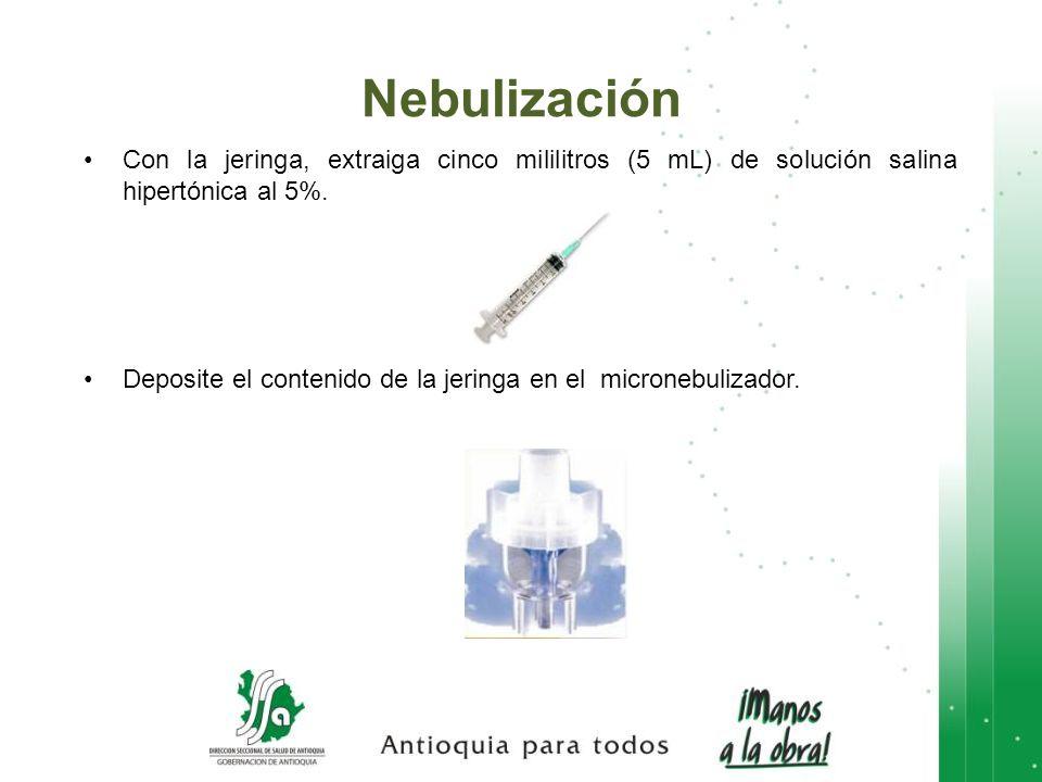 Con la jeringa, extraiga cinco mililitros (5 mL) de solución salina hipertónica al 5%. Deposite el contenido de la jeringa en el micronebulizador. Neb