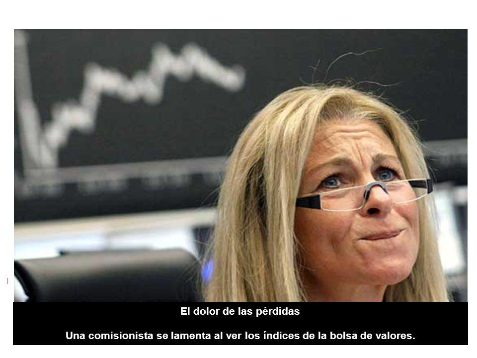 El dolor de las pérdidas | El dolor de las pérdidas Una comisionista se lamenta al ver los índices de la bolsa de valores.