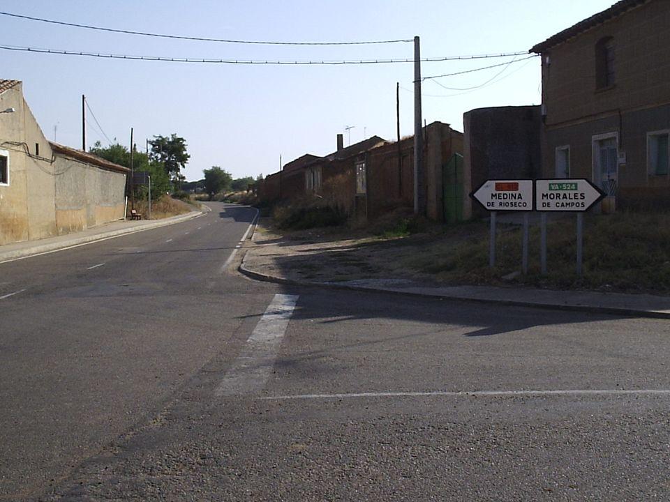 38 Una acera en el lado derecho, desde el Cruce de carreteras a las piscinas. Se trata de evitar cruzar la carretera en la curva de la ermita. El Ayun