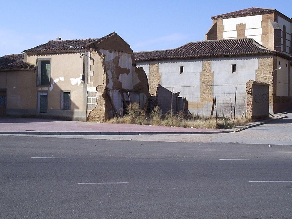 42 2.- Embellecimiento del centro urbano. Limpiar los solares de casas en ruinas. El Ayuntamiento debe comprobar si hay alguna disposición que obligue