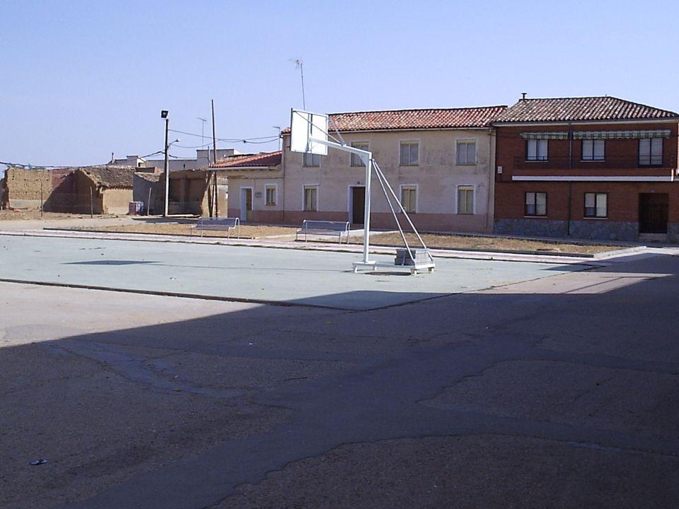 49 Remodelación de la plaza de la Trinidad, cambiándola por una Plaza, con zona verde y arbolado, y no como zona deportiva, lo que resulta incómodo pa