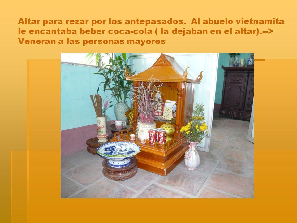Altar para rezar por los antepasados. Al abuelo vietnamita le encantaba beber coca-cola ( la dejaban en el altar).--> Veneran a las personas mayores