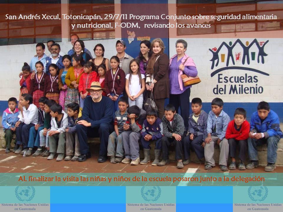 AL finalizar la visita las niñas y niños de la escuela posaron junto a la delegación San Andrés Xecul, Totonicapán, 29/7/11 Programa Conjunto sobre se