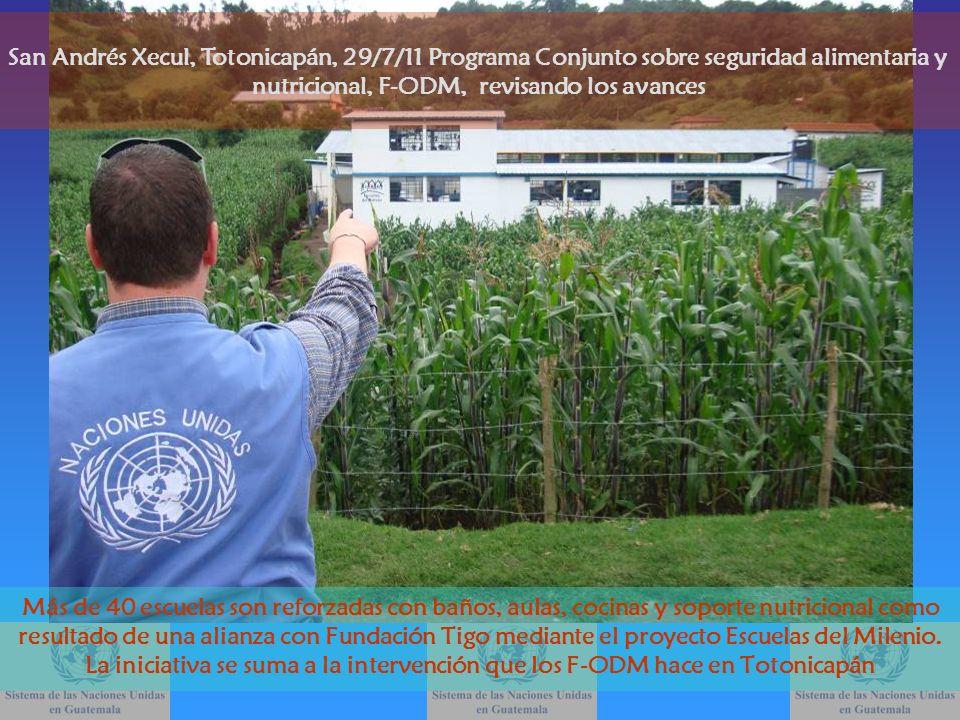 Jaime Gómez, coordinador del PC de los F-ODM sobre nutrición junto Natalia García, oficial de coordinación de los Objetivos de Desarrollo del Milenio, muestran un recipiente que sirve para el uso de agua de lluvia en la escuela de la aldea Palomora San Andrés Xecul, Totonicapán, 29/7/11 Programa Conjunto sobre seguridad alimentaria y nutricional, F-ODM, revisando los avances