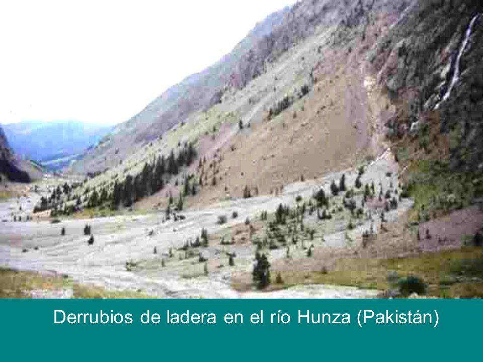 Derrubios de ladera en el río Hunza (Pakistán)
