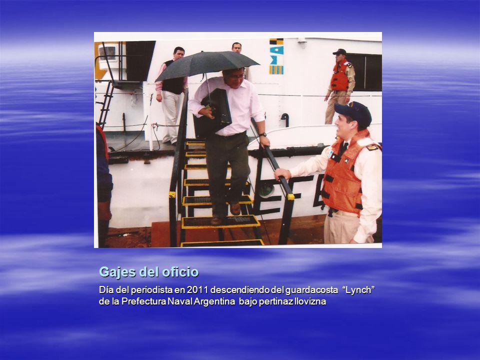 Gajes del oficio Día del periodista en 2011 descendiendo del guardacosta Lynch de la Prefectura Naval Argentina bajo pertinaz llovizna