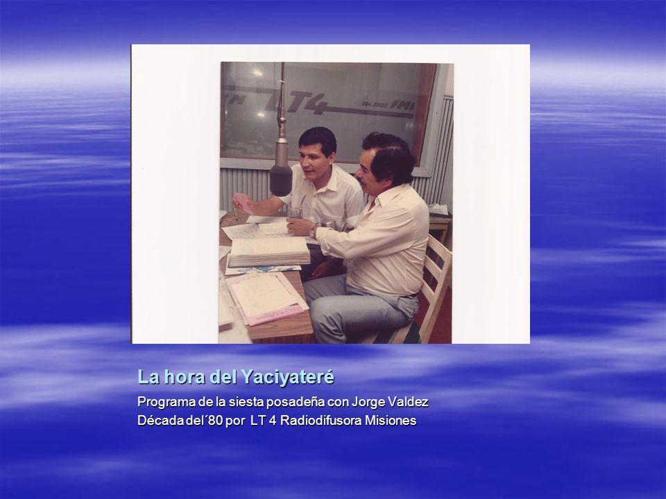 LT 4 Radiodifusora Misiones Leyendo noticias en la Sala de Informativo con cables de la teletipos en 1983