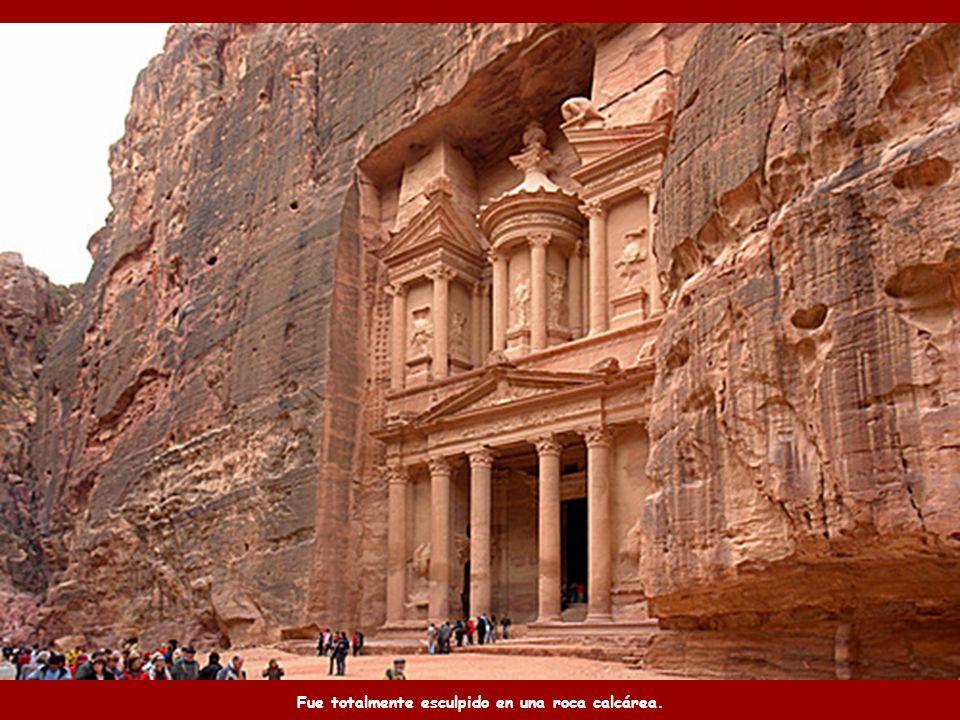 Al Palacio de Petra, un templo estilo helénico, también se le llama El tesoro. Tiene 42 m de altura.