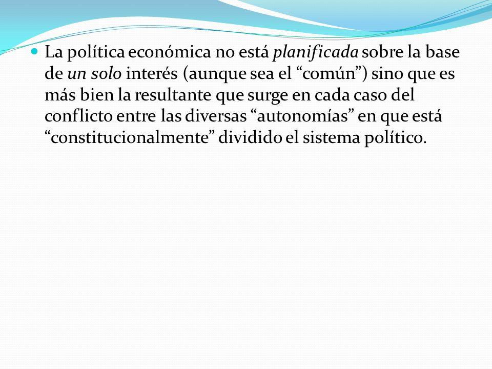 La política económica no está planificada sobre la base de un solo interés (aunque sea el común) sino que es más bien la resultante que surge en cada