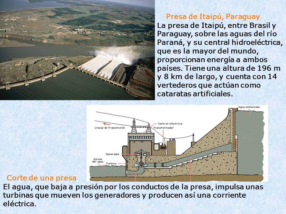Presa de Itaipú, Paraguay La presa de Itaipú, entre Brasil y Paraguay, sobre las aguas del río Paraná, y su central hidroeléctrica, que es la mayor de