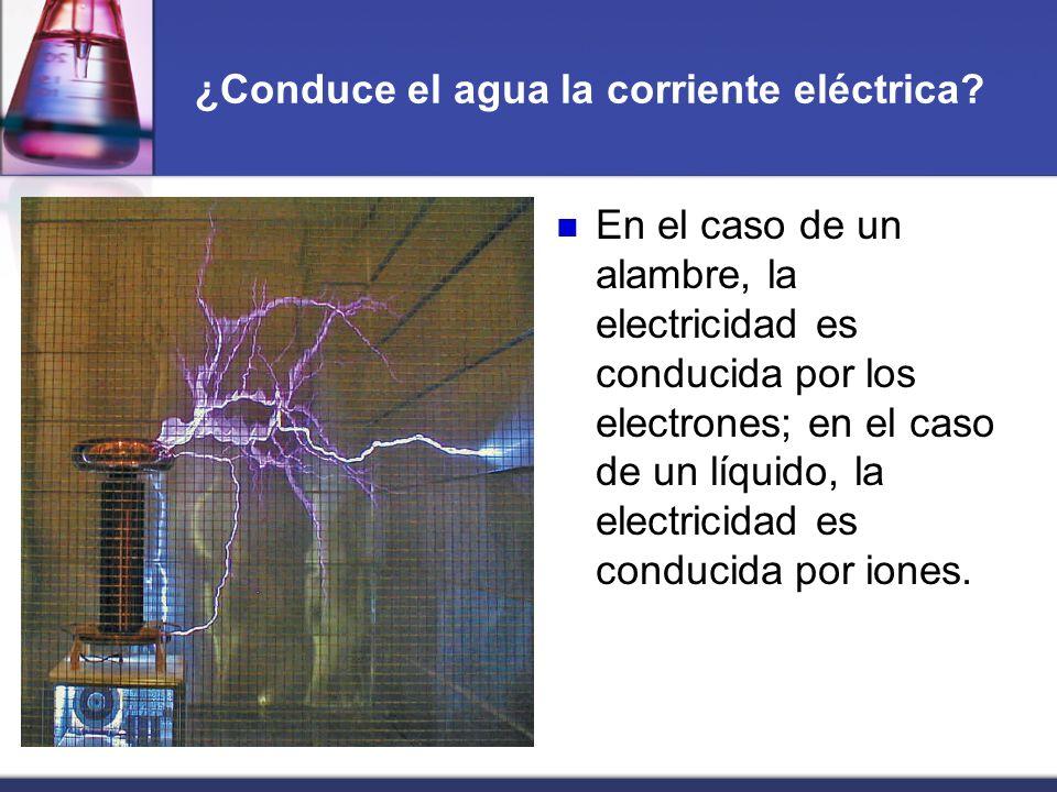 ¿Conduce el agua la corriente eléctrica? En el caso de un alambre, la electricidad es conducida por los electrones; en el caso de un líquido, la elect