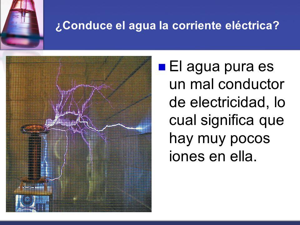 ¿Conduce el agua la corriente eléctrica? El agua pura es un mal conductor de electricidad, lo cual significa que hay muy pocos iones en ella.