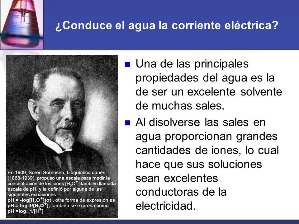 ¿Conduce el agua la corriente eléctrica? Una de las principales propiedades del agua es la de ser un excelente solvente de muchas sales. Al disolverse
