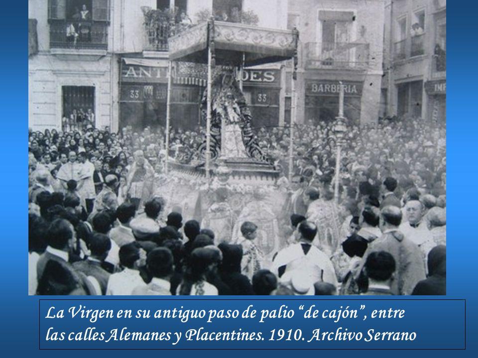 La Virgen en su antiguo paso de palio de cajón, entre las calles Alemanes y Placentines. 1910. Archivo Serrano