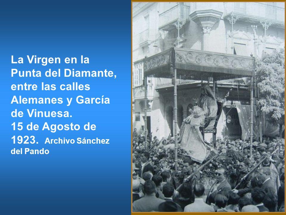 La Virgen en la Punta del Diamante, entre las calles Alemanes y García de Vinuesa. 15 de Agosto de 1923. Archivo Sánchez del Pando