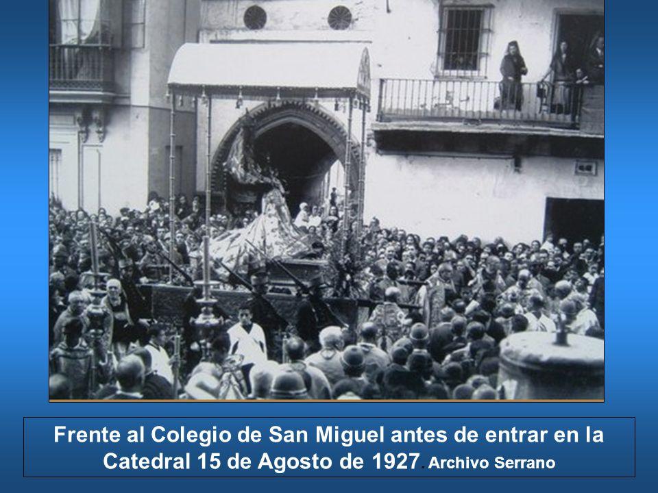 Frente al Colegio de San Miguel antes de entrar en la Catedral 15 de Agosto de 1927. Archivo Serrano