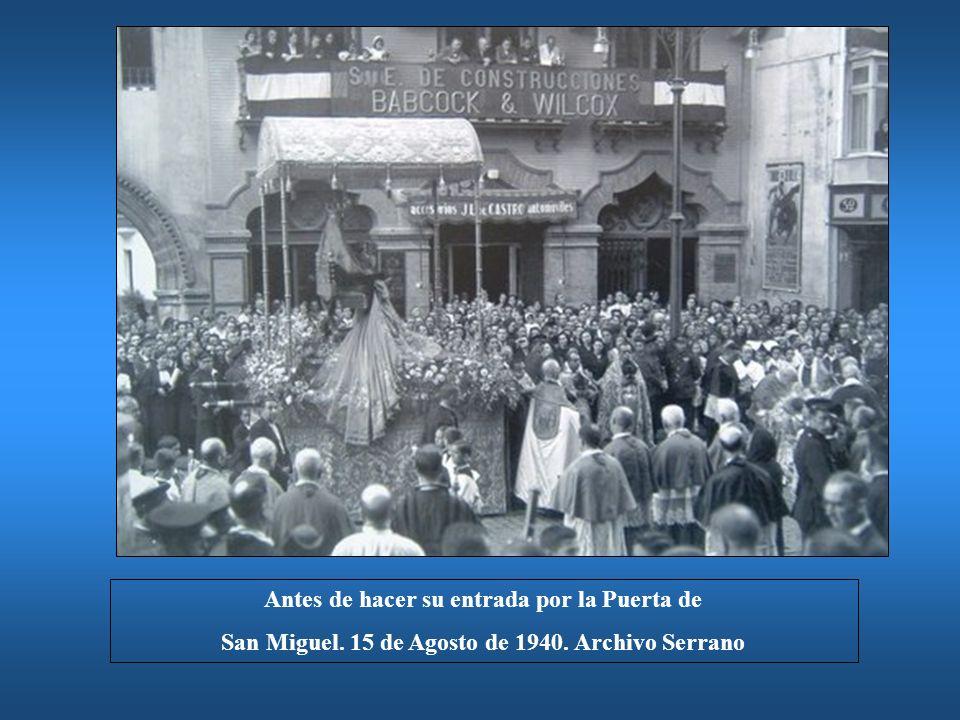Antes de hacer su entrada por la Puerta de San Miguel. 15 de Agosto de 1940. Archivo Serrano