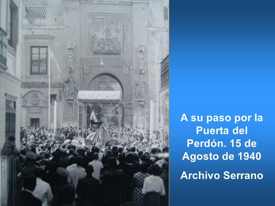 A su paso por la Puerta del Perdón. 15 de Agosto de 1940 Archivo Serrano