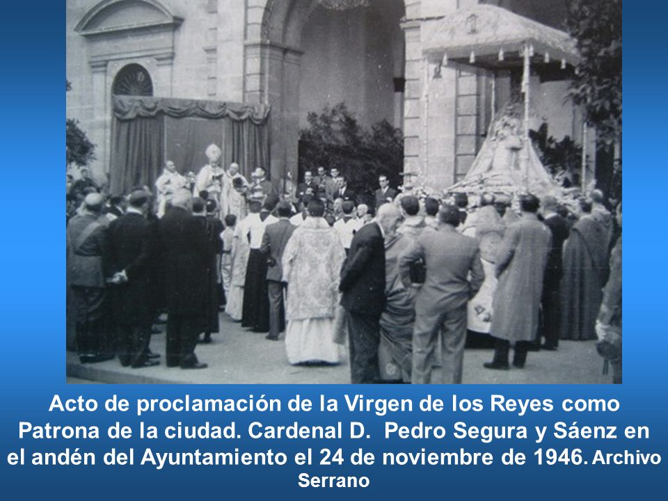Acto de proclamación de la Virgen de los Reyes como Patrona de la ciudad. Cardenal D. Pedro Segura y Sáenz en el andén del Ayuntamiento el 24 de novie