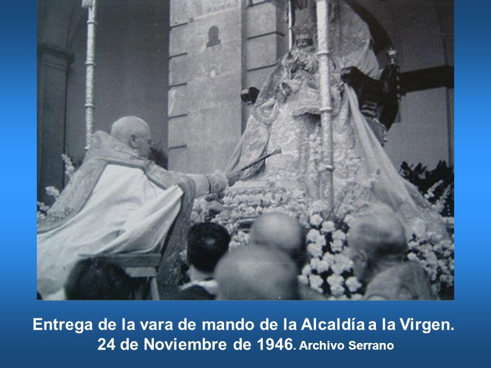 Entrega de la vara de mando de la Alcaldía a la Virgen. 24 de Noviembre de 1946. Archivo Serrano