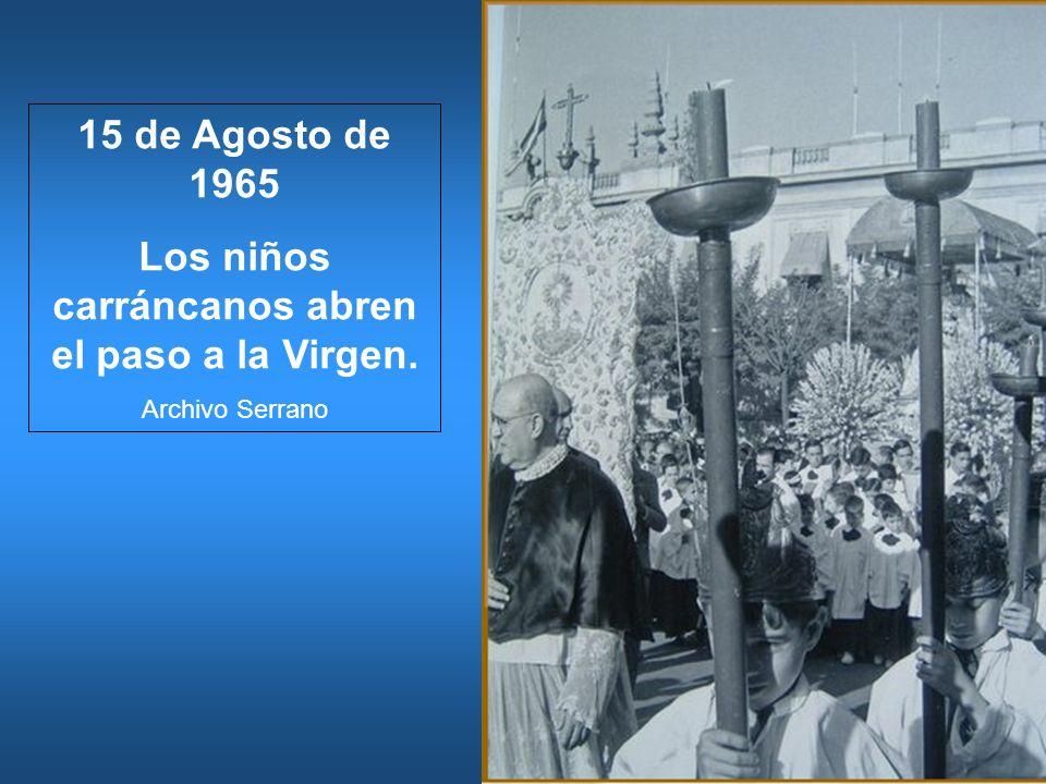 15 de Agosto de 1965 Los niños carráncanos abren el paso a la Virgen. Archivo Serrano