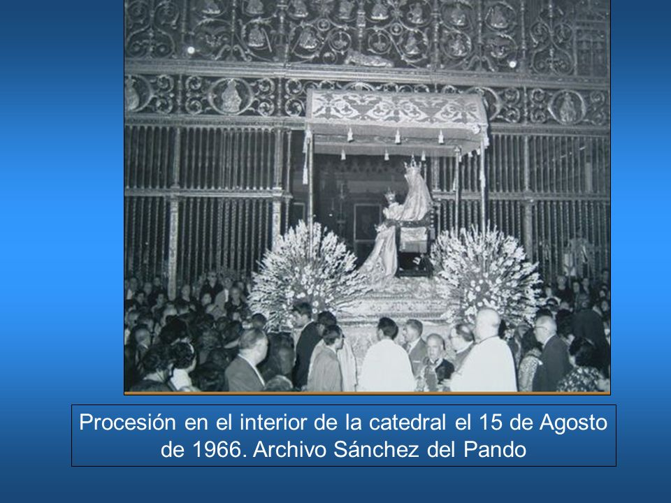Procesión en el interior de la catedral el 15 de Agosto de 1966. Archivo Sánchez del Pando