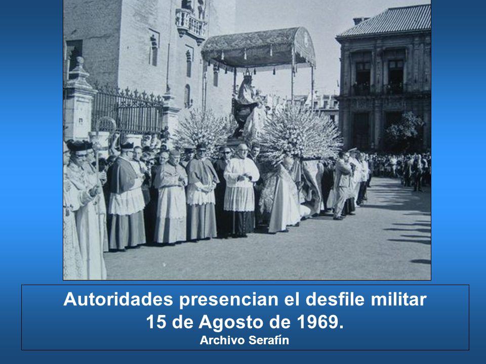 Autoridades presencian el desfile militar 15 de Agosto de 1969. Archivo Serafín