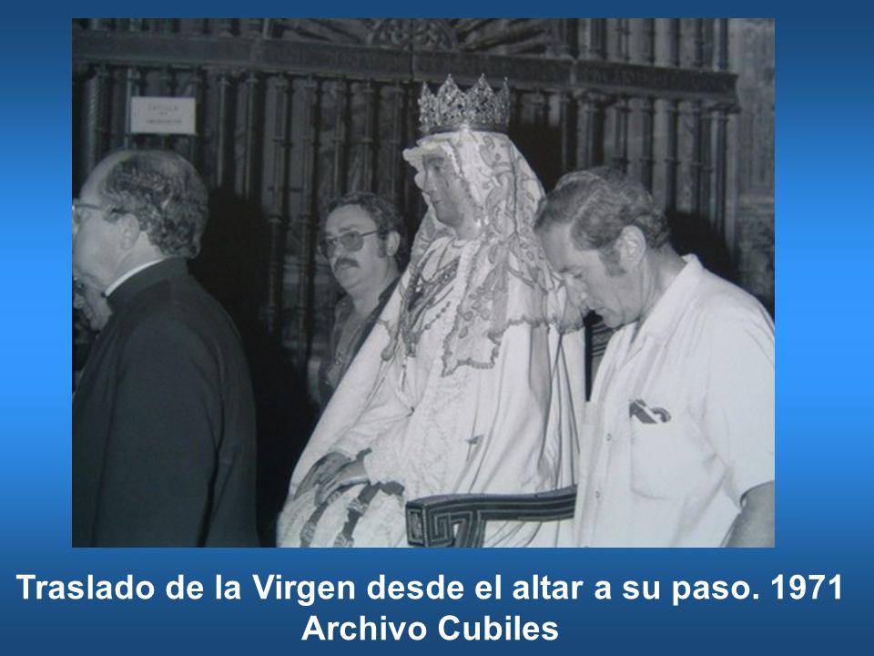 Traslado de la Virgen desde el altar a su paso. 1971 Archivo Cubiles