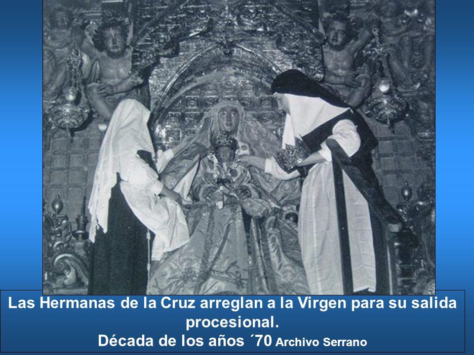 Las Hermanas de la Cruz arreglan a la Virgen para su salida procesional. Década de los años ´70 Archivo Serrano
