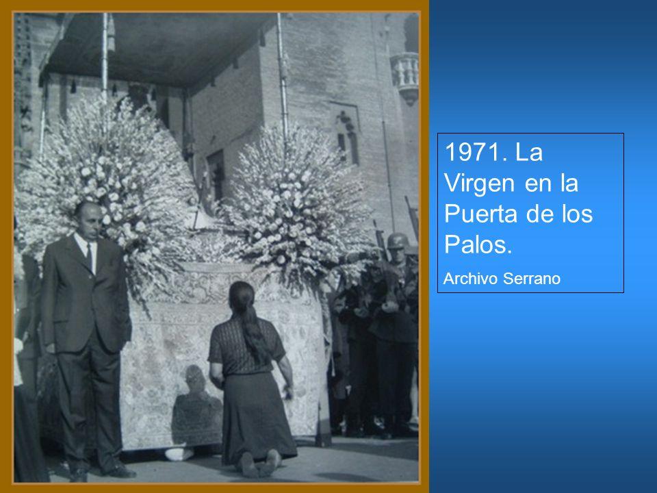 1971. La Virgen en la Puerta de los Palos. Archivo Serrano