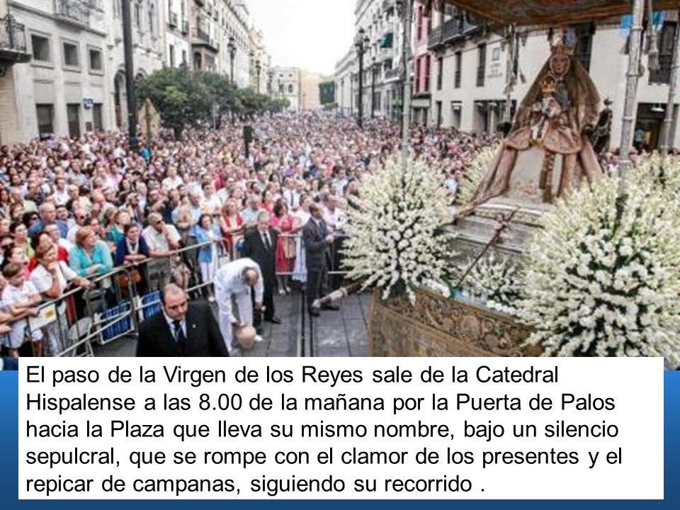 El paso de la Virgen de los Reyes sale de la Catedral Hispalense a las 8.00 de la mañana por la Puerta de Palos hacia la Plaza que lleva su mismo nomb