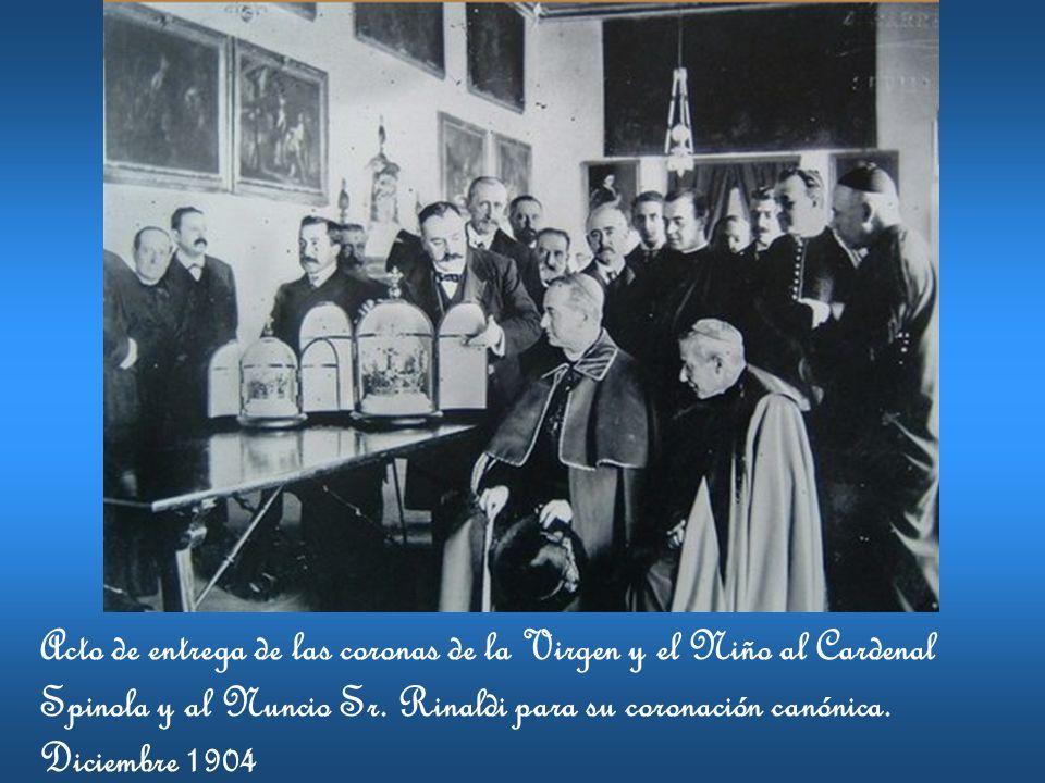 Acto de entrega de las coronas de la Virgen y el Niño al Cardenal Spinola y al Nuncio Sr. Rinaldi para su coronación canónica. Diciembre 1904