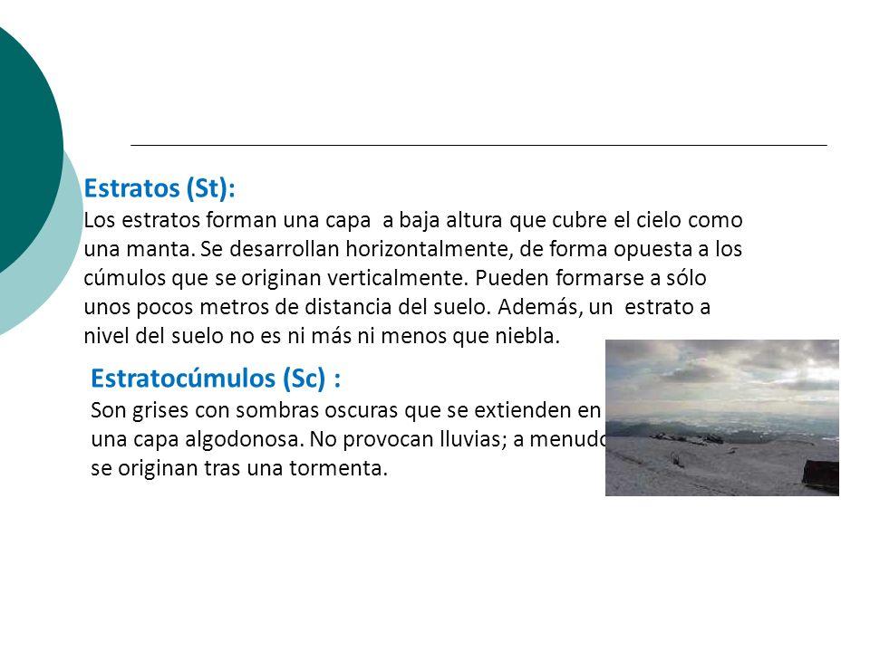 Estratos (St): Los estratos forman una capa a baja altura que cubre el cielo como una manta. Se desarrollan horizontalmente, de forma opuesta a los cú