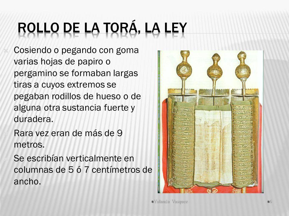 Cosiendo o pegando con goma varias hojas de papiro o pergamino se formaban largas tiras a cuyos extremos se pegaban rodillos de hueso o de alguna otra