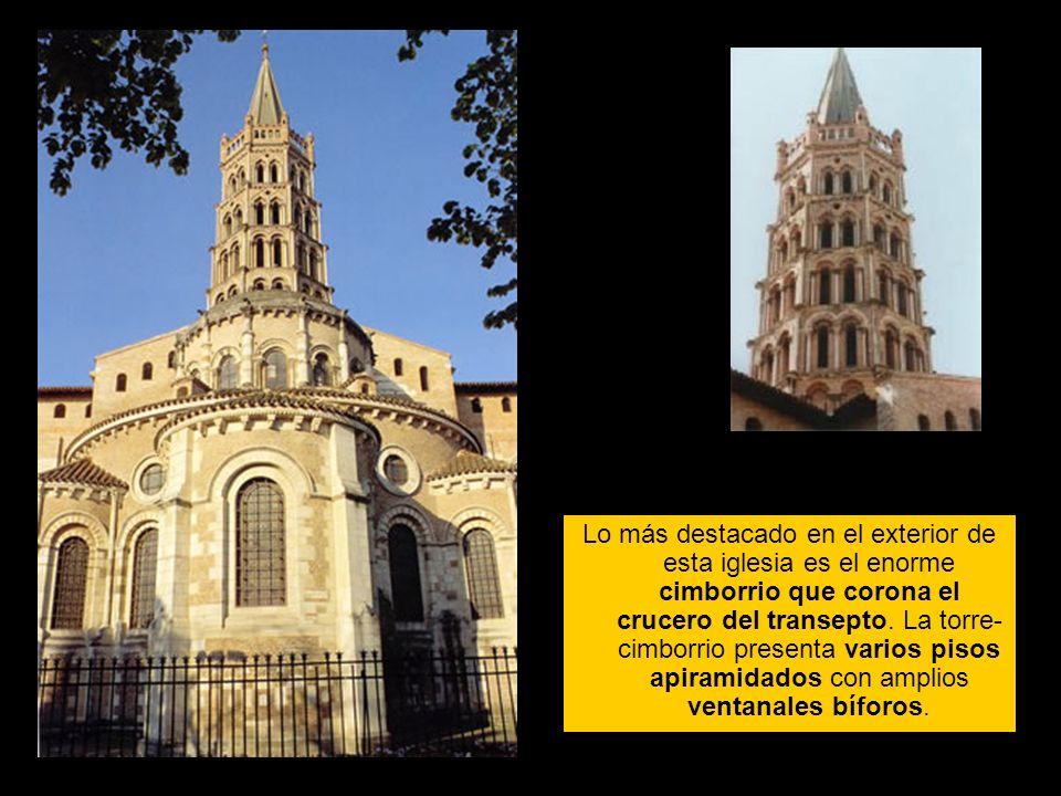 Lo más destacado en el exterior de esta iglesia es el enorme cimborrio que corona el crucero del transepto. La torre- cimborrio presenta varios pisos
