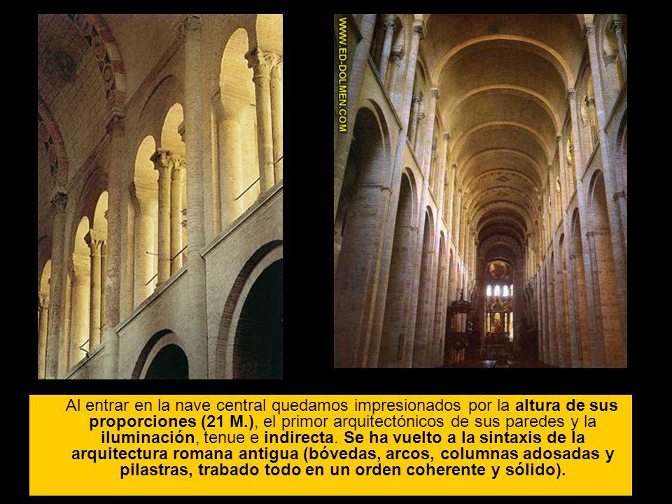 Al entrar en la nave central quedamos impresionados por la altura de sus proporciones (21 M.), el primor arquitectónicos de sus paredes y la iluminaci