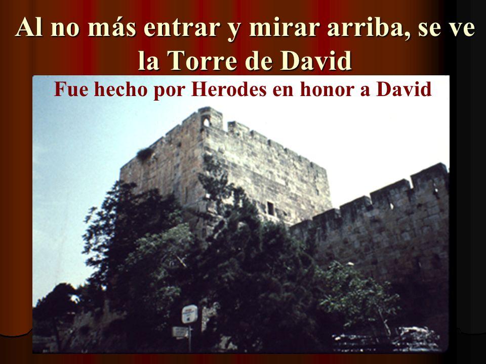 Al no más entrar y mirar arriba, se ve la Torre de David Fue hecho por Herodes en honor a David